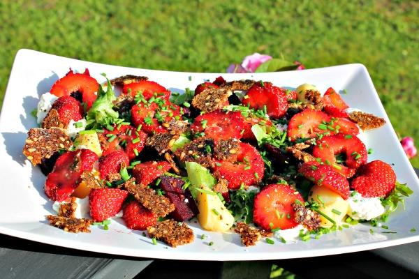 Salat med jordbær og nye små bagte rødbeder