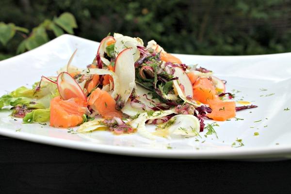 Fennikelcrudité salat med røget laks og æbler