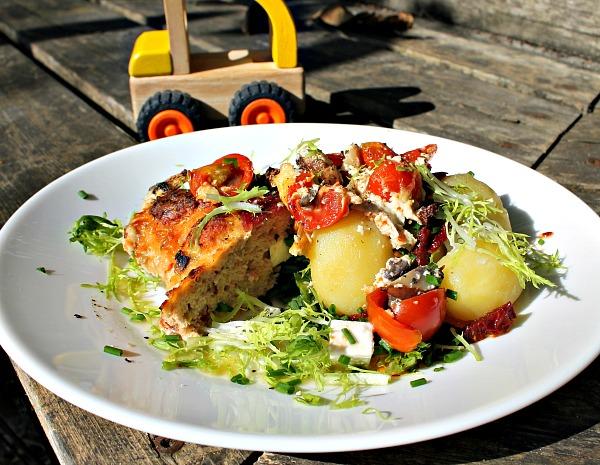 Kyllingefarsbrød med feta,soltørret tomater samt bacon