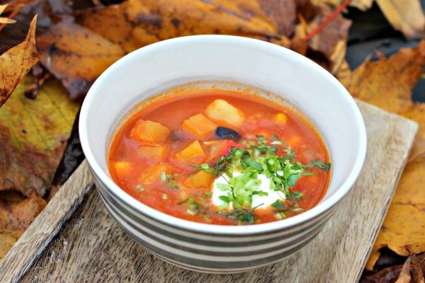 Tortilla Suppe med søde kartofler – topping af advocado, radiser, koriander
