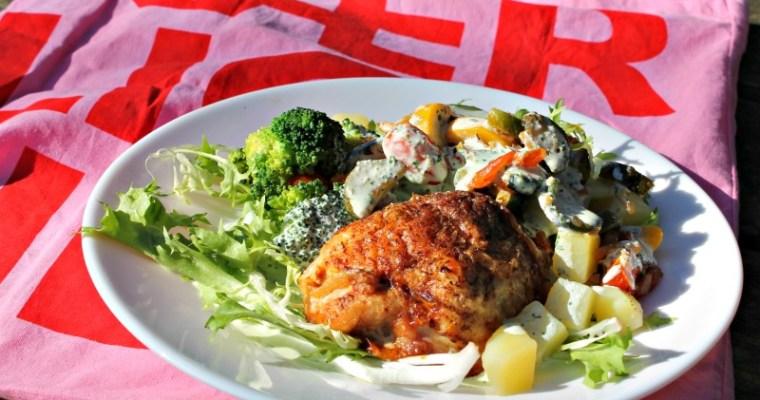 Kyllingebryst farseret med hakket kylling samt salat af courgetter, tomater, rødløg