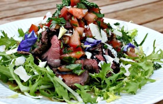 Salat med oksekød, tomater, parmesan, avocado samt olie/eddike dressing
