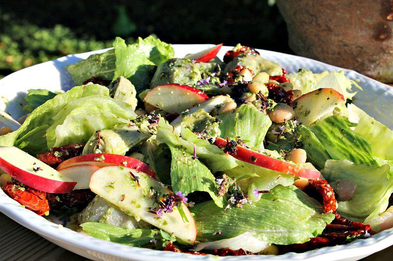 Salat med pestobønner,  artiskokhjerter, æbler, soltørret tomater