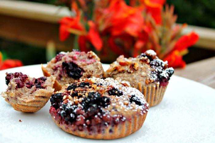 Muffin af grødrester – friske brombær, banan og nødder