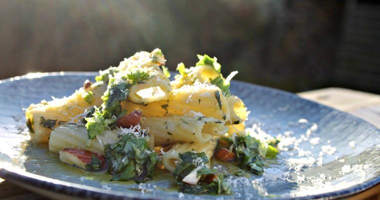 Kogt pasta med basilikum og mandler – så bliver det ikke mere enkelt