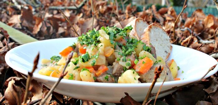 Gryderet med oksebov, kartofler,knoldselleri & gulerødder
