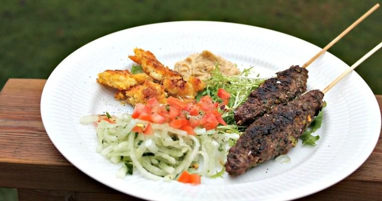 Köfte med salat af revet kina radisser – hummus og blomkål