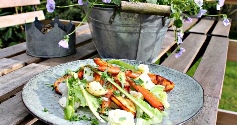 Bagte majroer, gulerødder, kartofler samt rå asparges med estragon vinaigrette