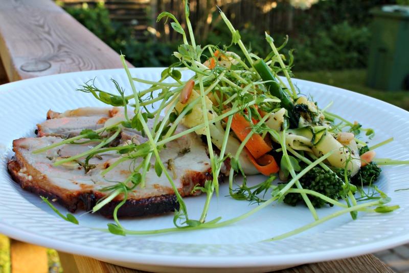Grillet porchetta med råkost af gulerødder, squash, dampet asparges broccoli , grillet blomkål