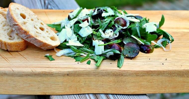 Salat af frisk estragon, druer og gedeost