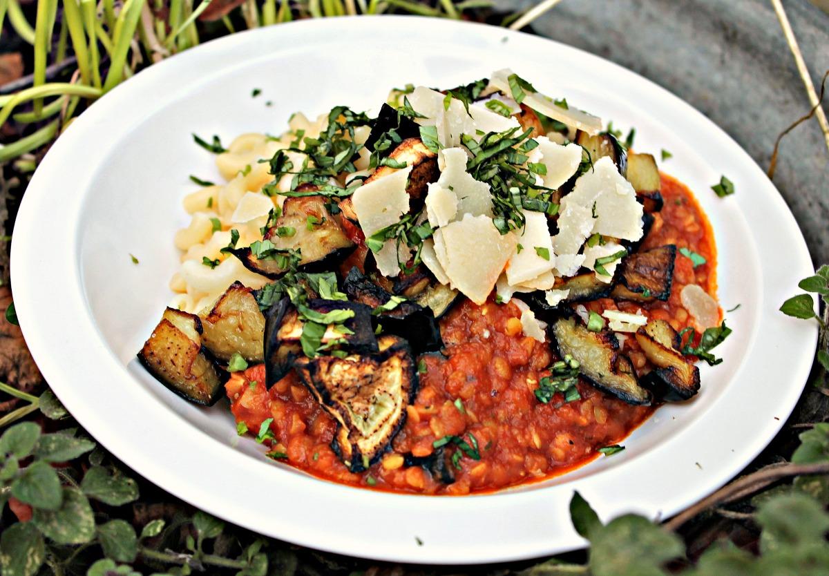 Pasta med aubergine & tomat sauce