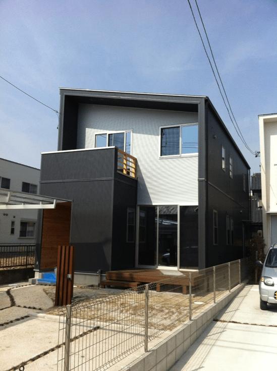 屋根:立平葺(勘合式)材料:カラーガルバリウム鋼板 外壁:ガルスパン NEO-J 樋:角樋(シビルスケアPC50) 竪樋:丸