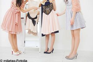 パーティドレスを選ぶ女性