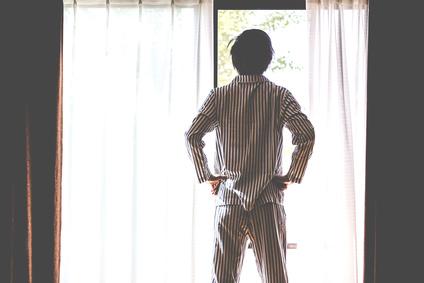 爽やかなパジャマ姿の男性