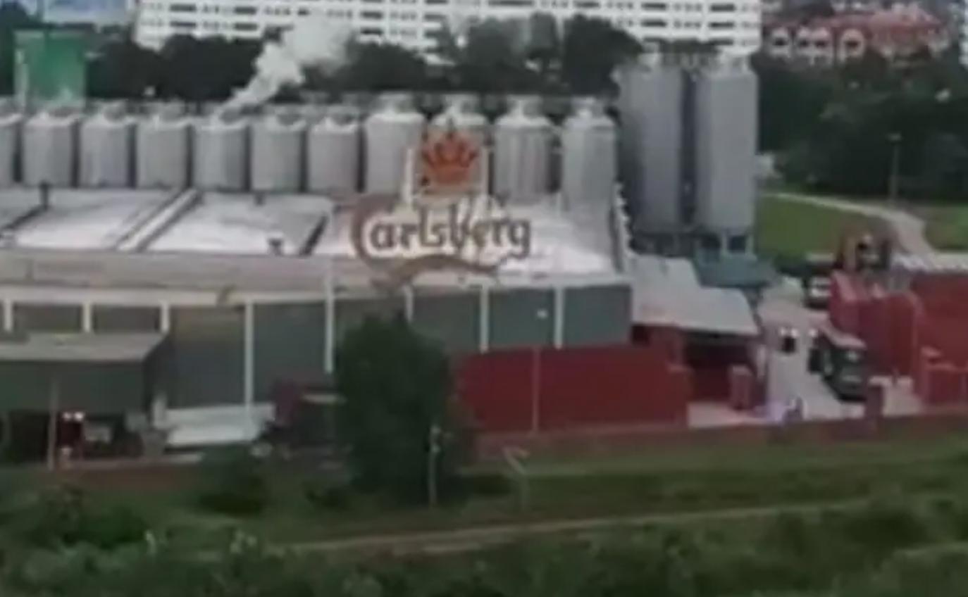 Kilang Carlsberg terus 'berasap' walaupun lockdown, dedah netizen (VIDEO)