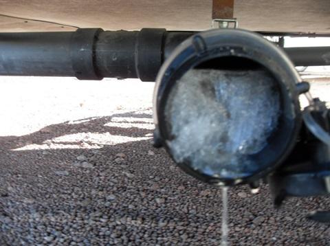 Замерзшее сечение неутепленной канализационной трубы