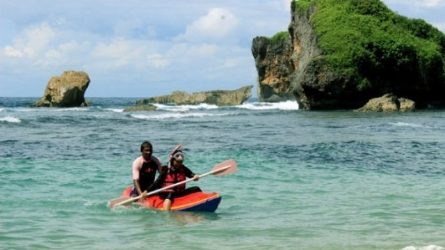 Pantai Ngandong, Keindahan di Tengah Bukit Karst
