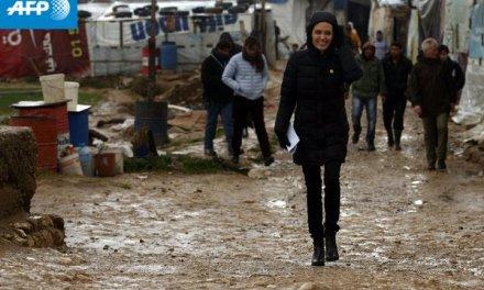 Анџелина Џоли меѓу мигрантите во Пиреа