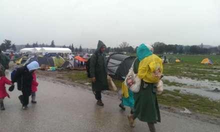 Илјадници мигранти се упатија кон Моин да ја преминат границата