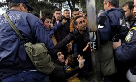 Неколку стотина бегалци и мигранти на Идомени утрово се судрија со грчката полиција.