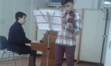 Во Богданци, братче свири виолина и собира донации за лекување на сестра си