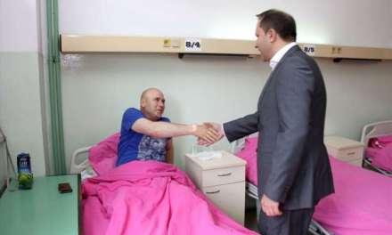 Министерот Спасовски го посети повредениот полицаец од вчерашниот обид за насилен влез на мигрантите