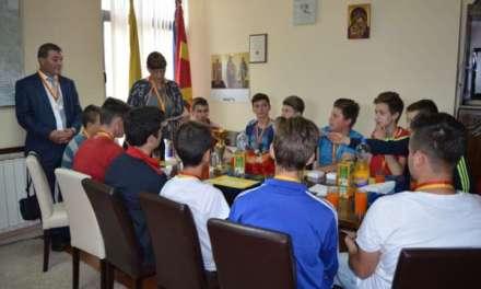 Видео – Градоначалникот Стојанов ги прими основците од Гоце Делчев -државни прваци во одбојка