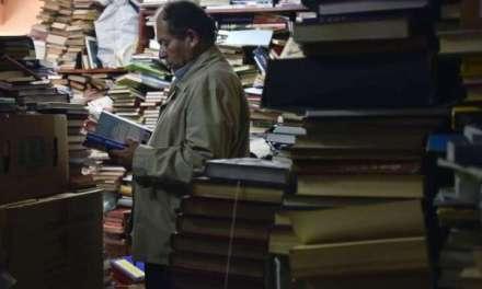 Hose Alberto Gutijeres, 20 години собирал книги кои биле фрлени во ѓубре, отворил бесплатна библиотека