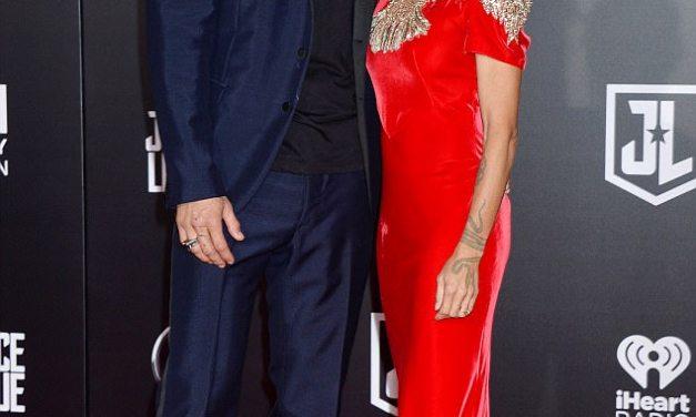 Џејсон Мамоа за првпат се појави на црвениот килим со сопругата Лиса Бонет