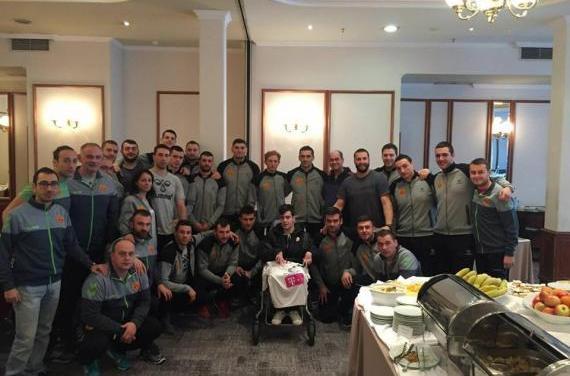 Ракометните репрезентативци во Загреб го усреќија нивниот голем фан – струмичанецот Миленков