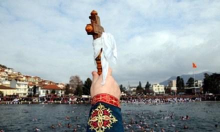 Свештените лица против собирање пари по фаќањето на крстот на Водици