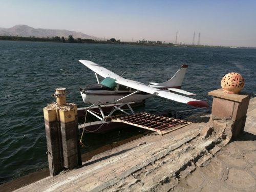 ナイル川沿いの飛行機