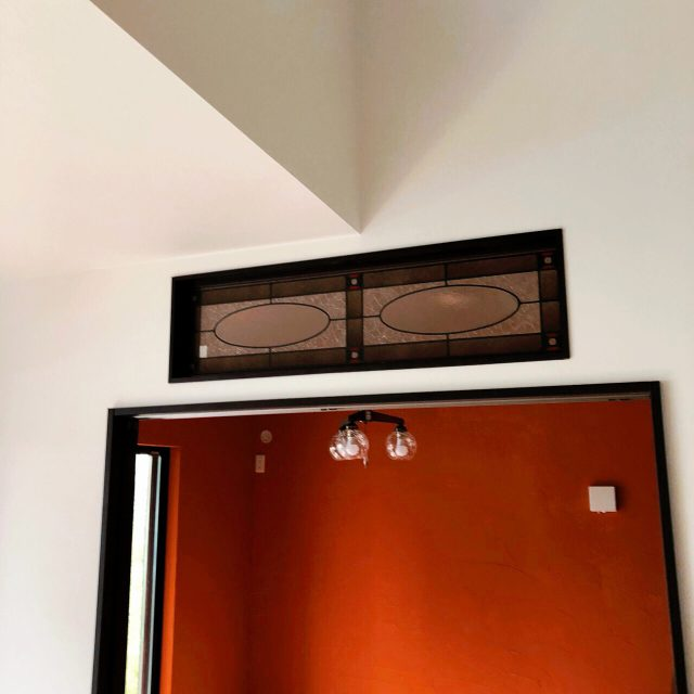 ステンドグラスと漆喰