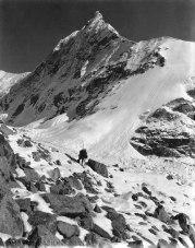 VITTORIO SELLA 1899 | Un picco secondario scendendo il ghiacciaio Kanchin