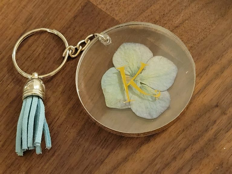 Read more about the article How To Turn A Pressed Dried Hydrangea Into A Keychain
