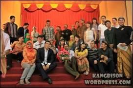 Foto bersama dengan berbagai mahasiswa asing setelah acara selesai di acara UNS Cultural Night 2012