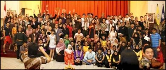 Foto bersama dengan berbagai mahasiswa di UNS Cultural Night 2012