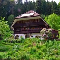 Das Seminarhaus mit seinem blühenden Garten