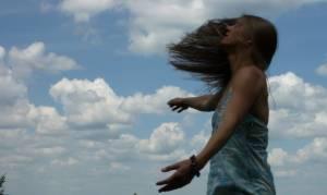 Frau genießt das Element Luft