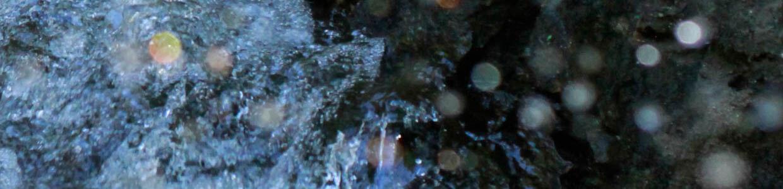 rauschendes Wasser mit Lichtreflexen