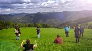 Eine Gruppe Frauen macht Achtsamkeitsübungen vor Schwarzwaldpanorama