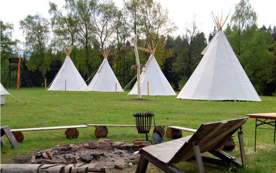 Tipis und eine Feurstelle als Naturcoaching Camp