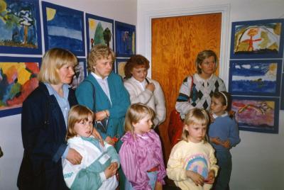 1986_lasten kuvataidekoulun näyttely_yleisöä