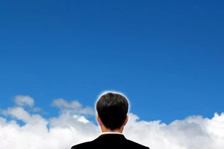 空を見上げる男性