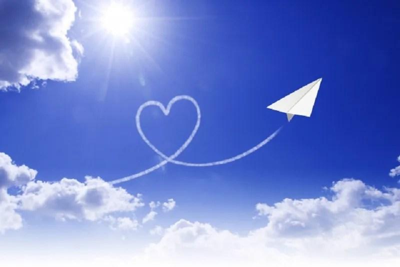 大空を舞い天に届く紙飛行機