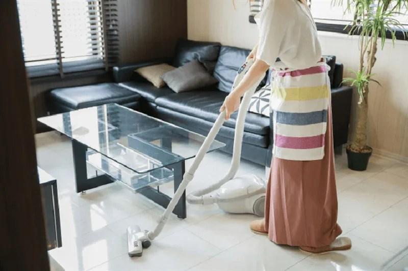 お掃除する女性