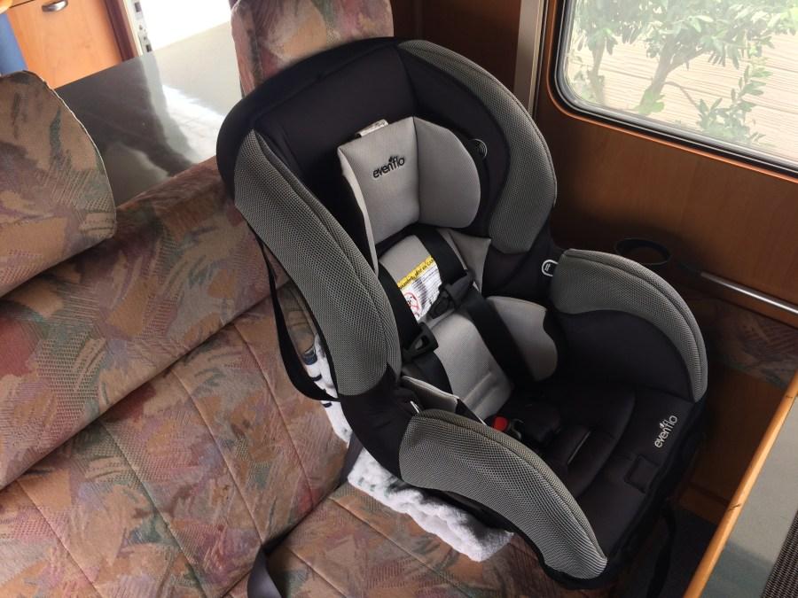二点式シートベルトのキャンピングカーにはイーブンフロー(evenflo)チャイルドシート