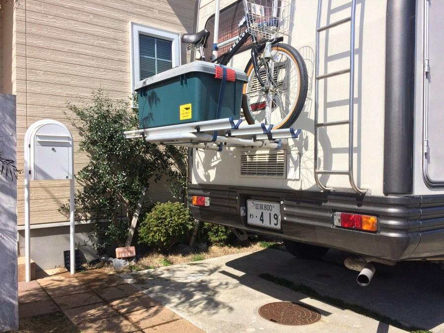 キャンピングカーサイクルキャリアに自転車と収納ボックス