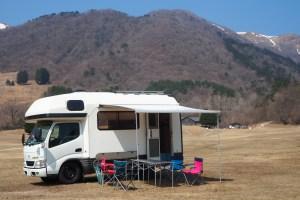 キャンピングカーでキャンプ サイドオーニングとテーブルセットを展開 マキノ高原キャンプ場