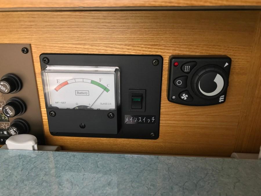 FFヒーターと電圧計 ハイエースキャンピングカー